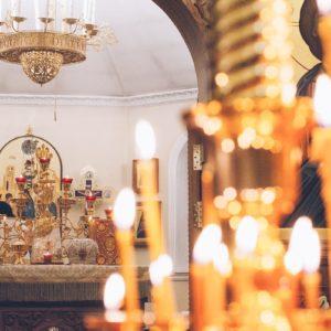 Горящие свечи на фоне алтаря